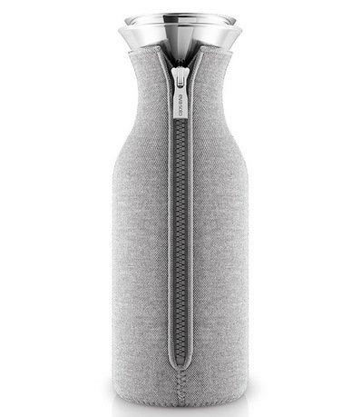 Графин Fridge в неопреновом чехле (1 л), светло-серый 567974 Eva Solo графин fridge в неопреновом текстурном чехле 1 л черный