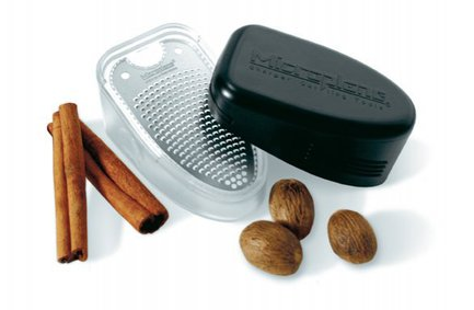 Терка и контейнер для специйТерки и Слайсеры<br>Тёрка, изготовленная из прочной стали 18/8, и предназначена для измельчения орехов и твёрдых специй. При работе измельчённый продукт попадает в специальный пластиковый контейнер, который имеет сдвигающуюся крышку, и сразу может быть использован для декорации десертов и напитков. Набор прекрасно моется в посудомоечной машине.<br><br>Серия: Microplane Specialty<br>Состав: Терка, Контейнер