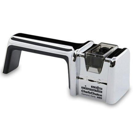 Точилка для ножей механическая CC460RH, хромКухонные ножи<br>Профессиональная точилка с алмазным абразивом - это технологический прорыв в области двухуровневых механических точильных приборов. Обеспечивает высококлассную заточку как серрейторным ножам, так и с клиновидной формой лезвия. Использование этой модели гарантируют долгосрочную остроту лезвий. Простой в эксплуатации дизайн будет удобен и левшам и правшам. В комплект входит функциональный чехол.<br><br>Серия: Chefs Choice