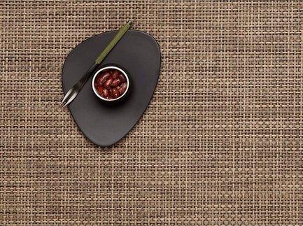 Салфетка подстановочная Мокко 36х48 смСервировочные салфетки<br>Создать атмосферу торжественности, романтичности, домашнего уюта или внести в сервировку стола необычные нотки можно благодаря неповторимым и оригинальным виниловым сервировочным салфеткам Chilewich. Эксклюзивный дизайн Chilewich удачно интерпретирует традиционные плетения, комбинируя их с широкой гаммой природных оттенков. Салфетка жаккардового плетения темно-коричневого цвета, изготовленная из современных материалов, имеет не только исключительно элегантный вид, но и практична и удобна в использовании. Она устойчива к выцветанию, образованию плесени и легко моется влажной губкой или тканью. Салфетка гармонично вписываются в любой домашний интерьер и прекрасно подходит как для торжественного приема, так и для воскресного семейного обеда на открытом воздухе или пикника.<br><br>Серия: Basketweave