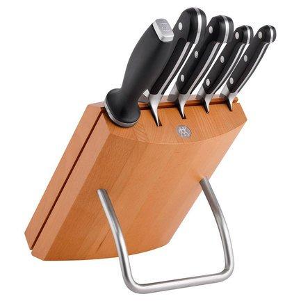 Набор ножей в подставке Zwilling Pro, 6 пр.Кухонные ножи<br>Незаменимый помощник на кухне – набор ножей. Учитывающий индивидуальные потребности повара, профессионально составленный набор обладает неограниченным сроком службы. Отменное качество, удобные рукояти и солидный ассортимент в состоянии удовлетворить самых взыскательных покупателей.<br><br>Серия: Zwilling Pro<br>Состав: Нож для чистки овощей, 100 мм, 38400-101, Нож для нарезки, 200мм, 38400-201, Нож поварской, 200 мм, 38401-201, Нож универсальный, 130 мм, 38400-131, Мусат 230 мм, Буковая подставка