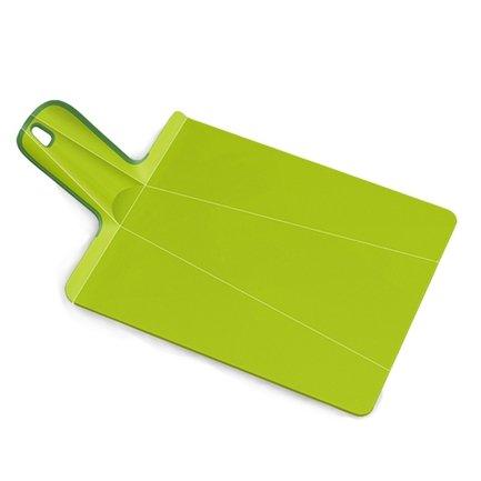 Разделочная доска Нарежь и положи 38х21 см, зеленаяРазделочные доски<br>Благодаря оригинальной конструкции на этой необычной разделочной доске - трансформере вы сможете не только нарезать любые продукты, но и аккуратно донести измельченную массу до кастрюли или салатника. Для этого нужно просто согнуть доску с краев. Она примет форму лопатки с высокими бортиками, и не один кусочек не упадет мимо посуды. Ее поверхность изготовлена из качественного пластика, о который не тупятся ножи. А ручка с отверстием для подвешивания прокрыта специальным материалом, поэтому доска хорошо лежит в руке и не выскальзывает из пальцев. Можно мыть в посудомоечной машине.<br>