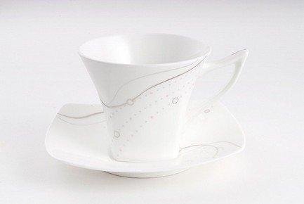 Набор подарочный Серая лента, 3 пр.Чашки и Кружки<br>Изящная чайная пара и элегантная закусочная тарелка из тончайшего костяного фарфора станут великолепным подарком другу или коллеге. Стильный дизайн и элегантное оформление этой прекрасной посуды подчеркивают великолепие белоснежного фарфора. Этот эффектный сюрприз в красивой подарочной упаковке обязательно понравится всем ценителям прекрасного.<br><br>Серия: Серая лента<br>Состав: Чашка чайная, Блюдце чайное, Тарелка подстановочная