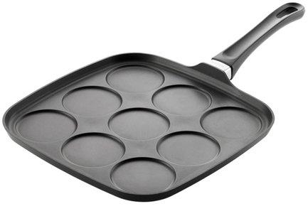 Сковорода для оладий, 9 отверстийПосуда<br>Сковорода имеет 9 круглых форм для жарки оладий. Низкие бортики позволяют легко и просто перевернуть оладьи, в том числе металлической лопаткой. Сковорода снабжена большой удобной ручкой, поэтому ее легко перемещать.<br><br>Серия: Scanpan Classic