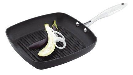 Сковорода-гриль, 27х27 смСковороды-Гриль<br>Оригинальная квадратная сковорода с рифленой поверхностью позволит готовить мясо, птицу, рыбу, овощи и другие продукты как на гриле – блюда получатся очень сочными внутри с румяной хрустящей корочкой снаружи. Сковорода имеет качественное антипригарное покрытие, поэтому в ней можно готовить любые продукты с минимальным содержанием масла, не боясь, что пища подгорит. Эргономичная ручка не нагревается и позволяет легко перемещать сковороду.<br><br>Серия: Scanpan Professional