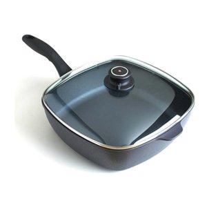 Сковорода квад. с крышкой, SD66283ic, 28x28 смСковороды<br>С этим квадратным сотейником очень удобно управляться на плите, а также хранить его. Высокие бортики сотейника обеспечат чистоту кухни, поскольку предотвращают разбрызгивание жира или масла, какой бы способ обжаривания вы не избрали. Термостойкая стеклянная крышка с ободком из стали позволяет расширить число блюд, которые можно приготовить в подобном сотейнике.<br><br>Серия: Swiss Diamond Induction