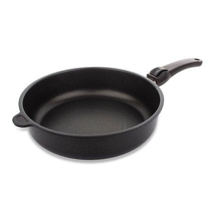 Сковорода, 7х28 см, со съемной ручкойПосуда<br>Эта практичная высокая сковорода станет незаменимой помощницей на вашей кухне. Она универсальна: подходит для жарки котлет и отбивных из мяса и птицы, а также для тушения овощей. Сковорода снабжена удобной ручкой с подвесом, с помощью которой легко перемещать даже полную сковороду. Бакелитовая ручка не нагревается и легко снимается, что делает использование сковороды более удобным, а хранение очень компактным.<br><br>Серия: AMT