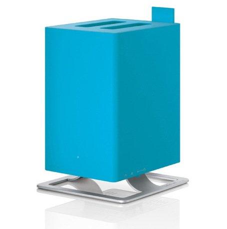 Увлажнитель воздуха ультразвуковой Anton Azurro (2.5 л), голубойУвлажнители и Очистители воздуха<br>Простой в обращении, тихий ультразвуковой увлажнитель воздуха Anton очень удобен для использования в небольших комнатах и офисах. Модель приятна отсутствием лишних деталей и подойдет любителям строгого и лаконичного дизайна. Для эффективной работы увлажнителя лучше использовать фильтрованную или дистиллированную воду. Благодаря наличию фильтра с ионами серебра Silver Cube прибор не только эффективно увлажняет воздух, но и очищает его от загрязнения. Световая индикация показывает уровень воды в резервуаре, поэтому работу прибора легко контролировать. Увлажнитель укомплектован специальным фильтром против накипи воды Anticalc, который предотвращает образование известкового и кальциевого налетов. В специальный отсек можно помещать аромо-масла, которые распространят по комнате ваш любимый аромат. Увлажнитель можно оставлять включенным даже на ночь благодаря специальному режиму, который отключает подсветку и снижает уровень шума.     Характеристики:   Высота: 28.6 см  Ширина: 18.4 см  Глубина: 18.4 см  Мощность: от 16 до 18 Вт  Емкость съемного резервуара: 2.5 л  Увлажнение: 120 мл/час  Напряжение: 100-240 V<br>