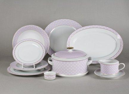 Сервиз столовый Сабина Сиреневый орнамент, 25 пр.Столовые сервизы<br>Этот стильный и функциональный набор изящной фарфоровой посуды поможет создать эффектную сервировку и неповторимую атмосферу для обычного домашнего обеда и для торжественной трапезы. Набор рассчитан на 6 персон и состоит из удобных тарелок для первых, вторых и десертных блюд, вместительной супницы, большого круглого блюда для мяса и овального блюда для рыбы, миниатюрной солонки и соусника с подставкой. Для салата в наборе предусмотрены два вместительных салатника для подачи общих салатов.<br><br>Серия: Сабина Сиреневый орнамент<br>Состав: Супница (2.5 л) - 1 шт., Тарелка мелкая, 25 см - 6 шт., Тарелка глубокая, 22.5 см - 6 шт., Тарелка десертная, 19 см - 6 шт., Салатник, 25 см - 1 шт., Салатник, 23 см - 1 шт., Блюдо овальное, 35 см...