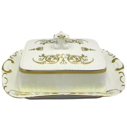 Масленка граненная Соната Золотая элегантность (0.25 кг)Масленки<br>Элегантная фарфоровая масленка с изящным декором может использоваться для хранения и подачи масла к столу. Хранить масло удобно под закрытой крышкой, а подавать к столу можно в открытой масленке.<br><br>Серия: Соната Золотая элегантность