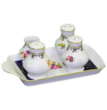 Набор для приправ Мэри-Энн Темно-синяя окантовка с цветами, 5 пр.Наборы для специй <br>Элегантный набор для приправ состоит из изящной солонки, перечницы, емкости для молотых приправ, компактной соусницы и удобной подставки. Этот красивый набор эффектно впишется в сервировку стола с посудой соответствующего оформления.<br><br>Серия: Мэри-Энн Темно-синяя окантовка с цветами<br>Состав: Солонка - 1 шт., Перечница - 1 шт., Горчичница - 1 шт., Подставка - 1 шт.