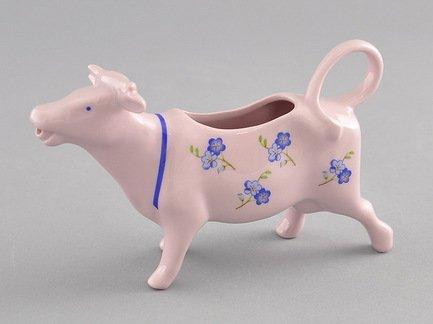 Сливочник-корова Мэри-Энн Незабудки (0.07 л), розовый фарфорМолочники и Сливочники<br>Оригинальный сливочник в виде фигурки коровы из розового фарфора эффектно впишется в сервировку вашего стола. В нем удобно подавать сливки к кофе или молоко к чаю. Оформленный в соответствие с дизайном остальной посуды этот нетривиальный сливочник обязательно понравится вашим гостям.<br><br>Серия: Мэри-Энн Незабудки
