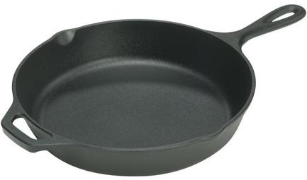 Сковорода круглая, 35 см, с двумя ручкамиСковороды<br>В этой большой чугунной сковороде удобно готовить самые разнообразные блюда из мяса и овощей. Она универсально подходит для тушения, пассерования и обжаривания. Это посуда для приготовления больших порций жареного картофеля, томящегося праздничного гуляша, рагу, соте. Крепкий чугун, из которого изготовлена эта посуда, прогревается медленно и равномерно и долго держит тепло. На ободе сковороды есть два стока, благодаря которым вы сможете аккуратной струйкой слить лишнюю жидкость или масло. Благодаря наличию второй маленькой ручки вам будет удобно перемещать даже эту довольно тяжелую сковороду большого диаметра с приготовленным блюдом.<br><br>Серия: Lodge Неэмалированный чугун