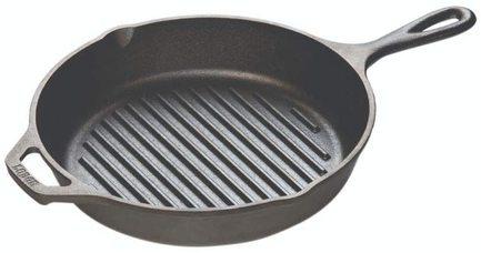 Сковорода-гриль круглая, 26 см, с двумя ручкамиСковороды-Гриль<br>Чугунная сковорода-гриль интересна своим рифленым дном. Небольшие бортики с желобками позволяют приготовить мясо, птицу или рыбу с эффектом гриля: без излишков жира и с аппетитными ресторанными полосками. На ободе сковороды есть два стока, благодаря которым вы сможете аккуратной струйкой слить стекшую в желобки лишнюю жидкость или масло. Благодаря наличию второй маленькой ручки вам будет удобно перемещать даже эту довольно тяжелую сковороду большого диаметра с приготовленным блюдом.<br><br>Серия: Lodge Неэмалированный чугун