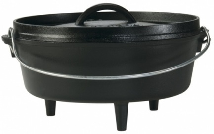 Жаровня овальная на ножках (3.8 л), 26 смЖаровни<br>Чугунная жаровня на трех ножках - универсальная посуда для приготовления всевозможных блюд на открытом воздухе. Ставьте ее прямо в тлеющие угли, и она прогреется очень равномерно - со дна и до самой крышки. Плоская крышка плотно закрывает жаровню, не позволяя аромату продуктов, готовящихся в ней, выветриться. Кстати, на крышку также можно положить немного горячих и тлеющих углей. Благодаря большой дугообразной ручке переносить эту тяжелую жаровню вам будет намного легче и удобнее.<br><br>Серия: Lodge Неэмалированный чугун
