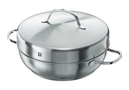 Набор для копчения TWIN Specials, 28 смЖаровни<br>Набор для копчения представляет собой оригинальный сотейник со специальной вставкой-решеткой. В этой посуде вы сможете коптить мясо, рыбу, сало или домашние колбаски просто на своей кухонной плите. С этим набором легко готовить вкусную, здоровую и низкокалорийную рыбу, птицу, морепродукты или овощи на любой кухне. Без резкого запаха и неприятного дыма. В обычных домашних условиях и без лишних проблем.  Копчение - несложный способ приготовления полезных блюд с любимым многими запахом дыма и интересным привкусом. Готовясь на пару при температуре 60-80 градусов, продукты не нуждаются в добавлении масла или жира. На решетку этой можно положить куриную груду, мясную вырезку, стейк лосося или филе другой рыбы, креветки и остальные морепродукты, сыр и даже овощи. Перед копчением продукты можно подсолить, при желании - замариновать. В результате вы получите мягкие кусочки, с корочкой, но сочные внутри и очень ароматные.  Коптить с этим специальным набором очень просто. Сначала нужно немного прогреть сотейник, затем положить на его дно несколько ложек опилок, в них можно добавить сухие травы или специи для усиления древесного аромата. Над опилками устанавливается вставка с боковыми отверстиями для выхода дыма, которая будет собирать стекающие капли жира с продуктов. Затем ставится решетка, на которую кладутся продукты. После этого сотейник можно накрыть крышкой. Удобнее начинать коптить при небольшой температуре, регулируя ее в процессе приготовления. Для копчения лучше использовать дубовые, буковые или ясеневые опилки.  Эта домашняя коптильня компактна и практична. Готовить в ней можно на любой кухонной плите, включая индукционную. Все детали набора можно мыть в посудомоечной машине.<br><br>Серия: SPECIALS
