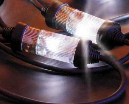 Светодиодная гирлянда Strobolight, 5 м, 6 мигающих ламп, с регулятором, 230 ВНовогодние гирлянды<br>Профессиональная гирлянда Strobolight отлично подходит для наружного декорирования. Стробо-лампы прикреплены к проводу герметично, сам провод имеет резиновую обмотку высокого качества, что позволяет гирлянде работать в любую погоду. Украшению не страшна низкая температура и осадки. Качество и долгий срок работы гирлянды подтверждается Европейским сертификатом качества. Ель, украшенная гирляндой Strobolight со строб-лампами, сразу же становится главным украшением праздника. Непрекращающийся фейерверк света подарит непередаваемые эмоции и самое настоящее праздничное настроение.       Характеристика:   Количество строб-ламп – 6 шт.   Напряжение – 230 В  Контроллер есть  Провод – черный<br>