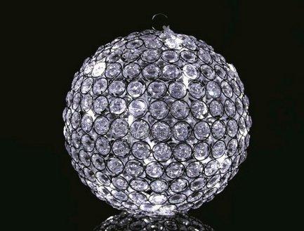 Светодиодный шар Diamond Serie LED, 25 см, 20 белых LEDНовогодние шары<br>Светодиодный шар, изготовленный мастерами бельгийской компании GlobAll Concept, наполнит ваш праздник волшебством, тысячами сияющих лучиков и замечательным настроением. Маленькие прозрачные пластиковые детали так похожи на настоящие бриллианты, а потрясающая подсветка, создаваемая 20 белыми светодиодами, превращает шар в изумительное произведение сказочных ювелиров.<br>