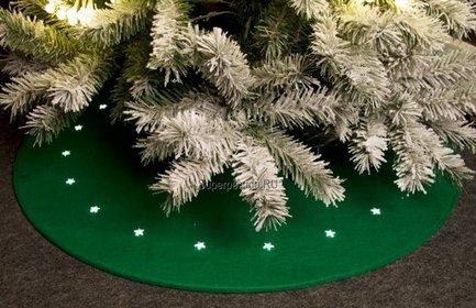 Светодиодный коврик под елку, зеленый, 1 мКоврики<br>Замечательный светодиодный коврик непременно пригодится вам для стильного и аккуратного убранства новогодней елки. Этот коврик диаметром 1 м оснащен маленьким диодами теплого белого свечения, расположенными по кругу. Они создают замечательную легкую подсветку нижним ветвям елки и игрушечным новогодним персонажам. Деду Морозу будет очень приятно оставлять подарки на красивом и аккуратном коврике, а вам – находить блестящие, освещенные маленькими звездочками свертки.<br>