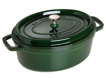 Кокот овальный, 27 см (3.2 л), зеленый базиликПосуда<br>Кокотница, или французская печка, - одно из фирменных изделий компании Staub. Плотная крышка удерживают всю влагу внутри кокотницы, а разработанные Staub выступы под крышкой  помогают постоянно сбрызгивать пищу влагой.  Кокотница настолько универсальна, что может использоваться для любых типов готовки, включая тушение, приготовление жаркого с соусом, жарку и фритюр.   Кокотница с черной матовой поверхностью имеет медную ручку, в то время как ручки кокотниц других цветов выполнены из нержавеющей стали.  Ручки обоих типов обладают высокой жаростойкостью.<br><br>Серия: New classic by Staub