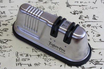 Точилка для ножа с двумя роликамиМусаты, Устройства для заточки<br>Профессиональная двухступенчатая точилка придаст ножу небывалую остроту, она безопасна в использовании и невероятно быстра в работе. Это прекрасный выбор для ваших ножей.<br>