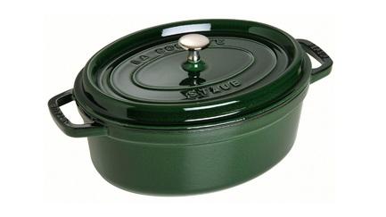 Кокот овальный, 31 см (5.4 л), зеленый базиликVIP подарки<br>Кокотница, или французская печка, - одно из фирменных изделий компании Staub. Плотная крышка удерживают всю влагу внутри кокотницы, а разработанные Staub выступы под крышкой  помогают постоянно сбрызгивать пищу влагой.  Кокотница настолько универсальна, что может использоваться для любых типов готовки, включая тушение, приготовление жаркого с соусом, жарку и фритюр.   Кокотница с черной матовой поверхностью имеет медную ручку, в то время как ручки кокотниц других цветов выполнены из нержавеющей стали.  Ручки обоих типов обладают высокой жаростойкостью.<br><br>Серия: New classic by Staub
