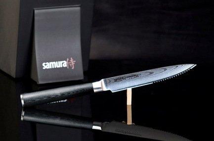 Нож для томатов Samura Damascus, 24 см, длина лезвия 13 см, вес 159 смНожи для овощей<br>Идеален для нарезки овощей и фруктов. Отлично подходит для снятия кожуры. При хвате большим и указательным пальцем позволяет очень точно контролировать глубину надреза.  Характеристики Материал лезвия: сталь VG10 в обкладах из дамаска, Твердость по шкале Роквелла (Hrc) : 61, Тип режущей кромки лезвия : волнообразная, Материал рукояти : стеклотекстолит G-10, Угол заточки (гр.) : 15, Количество слоев стали : 67<br><br>Серия: Damascus