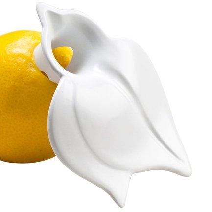 Сквизер JUICY Koziol (3732525), белыйСоковыжималки ручные<br>Любителям блюд со свежевыжатым соком лимона непременно понравится небольшой, но полезный аксессуар – сквизер Juicy. Прибор необычен тем, что поместив его внутрь лимона, можно «выдавливать» необходимое количестве сока каждый день в течение недели – продукт остается свежим и сочным при хранении в холодильнике. Практичный аксессуар выполнен из цветного пищевого пластика, который абсолютно нейтрален по отношению к продуктам и не изнашивается длительное время.<br>
