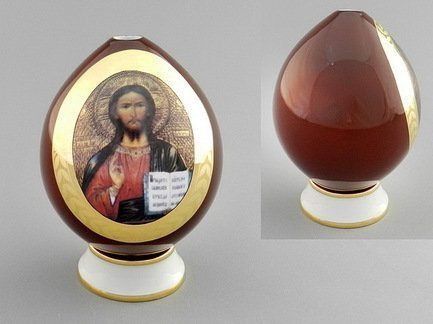 Яйцо на подставке пасхальное №2Аксессуары для сервировки<br>Роспись и дарение пасхальных яиц - красивый православный обычай, ставший в настоящее время уже и светской традицией. Если Вы выбираете изысканный подарок на Пасху, то фарфоровое расписное яйцо от Leander станет замечательным сувениром на это светлый христианский праздник. Это пасхальное яйцо с иконой Спасителя и Божьей Матери на небольшой цилиндрической подставке изготовлено из высококачественного фарфора.<br>