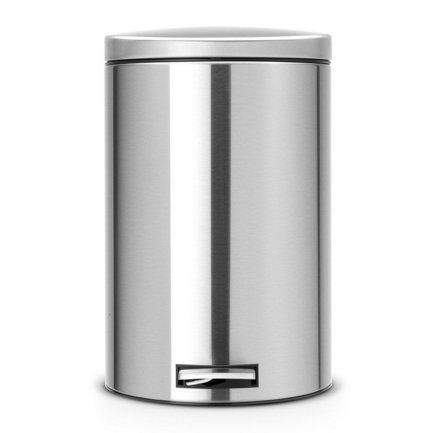 Мусорный бак с педалью (20 л) MC, с разделителем для мусора, 44.5х29.5х39.5 см, матовый стальной, с защитой от отпечатков пальцевМусорные баки<br>Отличная модель для тех, кто преследует принцип раздельного сбора мусора. В компактном корпусе из нержавеющей стали помещается 20-литровый мусорный бак, чья вместительность позволяет использовать его для кухни. Для того чтобы не открывать крышку руками, есть специальная педаль, которая удобно нажимается ногой. Под крышкой вы найдете съемное пластиковое ведро, в которое помещается специальный «биоковш» - небольшая емкость, для сбора перерабатываемого мусора. Этот «биоковш», объемом всего 1,5 литра, предназначен для компостирования отходов. С этим мусорным баком вы можете не беспокоиться о неприятном запахе, его прочная металлическая крышка закрывается плотно и не пропускает запах. Крышка оснащена механизмом MotionControl, благодаря которому крышка опускается плотно, плавно и бесшумно. Если открывать крышку вручную, то она останется в открытом положении. В основании бака есть пластиковая защита, благодаря которой металлический контейнер аккуратно ставится и защищает пол от появления царапин.<br><br>Серия: Pedal Bin
