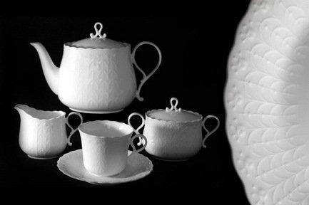 Чайный сервиз на 6 пресон Шёлк, 17 пр.Чайные сервизы<br>Чаепитие – особое время, когда хочется говорить и думать о приятном, наслаждаться вкусом и видеть перед собой красивые вещи. Внимание, которое японские дизайнеры компании Narumi уделили эстетическому оформлению чайных принадлежностей сервиза «Шелк» проникло в жидкий фарфор и застыло изящными линиями, гармоничными изгибами, чистыми и красивыми формами. Настроение сервиза, выраженое в рисунке, дополняет атмосферу чаепития: атмосферу отдыха, приятного общения, удовольствия от насыщенного вкуса чая и сладостей.<br><br>Серия: Шелк<br>Состав: Чашка - 6 шт., Блюдце - 6 шт., Чайник - 1 шт., Крышка для чайника - 1 шт., Сахарница - 1 шт., Крышка для сахарницы - 1 шт., Молочник - 1 шт.