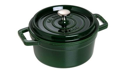 Кокот круглый, 24 см (3.8 л), зеленый базиликПосуда<br>Кокотница, или французская печка, - одно из фирменных изделий компании Staub. Плотная крышка удерживают всю влагу внутри кокотницы, а разработанные Staub выступы под крышкой  помогают постоянно сбрызгивать пищу влагой.  Кокотница настолько универсальна, что может использоваться для любых типов готовки, включая тушение, приготовление жаркого с соусом, жарку и фритюр.   Кокотница с черной матовой поверхностью имеет медную ручку, в то время как ручки кокотниц других цветов выполнены из нержавеющей стали.  Ручки обоих типов обладают высокой жаростойкостью.<br><br>Серия: New classic by Staub