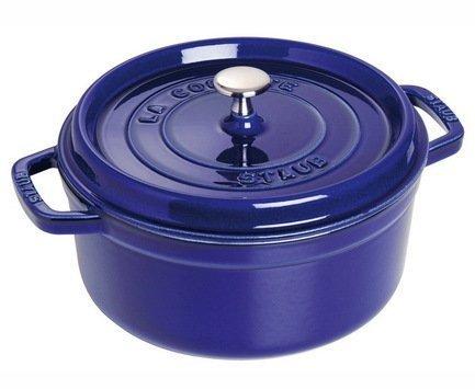 Кокот круглый, 24 см (3.8 л), фиолетовыйПосуда<br>Кокотница, или французская печка, - одно из фирменных изделий компании Staub. Плотная крышка удерживают всю влагу внутри кокотницы, а разработанные Staub выступы под крышкой  помогают постоянно сбрызгивать пищу влагой.  Кокотница настолько универсальна, что может использоваться для любых типов готовки, включая тушение, приготовление жаркого с соусом, жарку и фритюр.   Кокотница с черной матовой поверхностью имеет медную ручку, в то время как ручки кокотниц других цветов выполнены из нержавеющей стали.  Ручки обоих типов обладают высокой жаростойкостью.<br><br>Серия: New classic by Staub