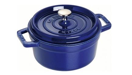 Кокот круглый, 26 см (4.6 л), фиолетовыйПосуда<br>Кокотница, или французская печка, - одно из фирменных изделий компании Staub. Плотная крышка удерживают всю влагу внутри кокотницы, а разработанные Staub выступы под крышкой  помогают постоянно сбрызгивать пищу влагой.  Кокотница настолько универсальна, что может использоваться для любых типов готовки, включая тушение, приготовление жаркого с соусом, жарку и фритюр.   Кокотница с черной матовой поверхностью имеет медную ручку, в то время как ручки кокотниц других цветов выполнены из нержавеющей стали.  Ручки обоих типов обладают высокой жаростойкостью.<br><br>Серия: New classic by Staub
