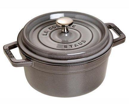 Кокот круглый, 28 см (5.85 л), серый графитПодарки на новоселье<br>Кокотница, или французская печка, - одно из фирменных изделий компании Staub. Плотная крышка удерживают всю влагу внутри кокотницы, а разработанные Staub выступы под крышкой  помогают постоянно сбрызгивать пищу влагой.  Кокотница настолько универсальна, что может использоваться для любых типов готовки, включая тушение, приготовление жаркого с соусом, жарку и фритюр.   Кокотница с черной матовой поверхностью имеет медную ручку, в то время как ручки кокотниц других цветов выполнены из нержавеющей стали.  Ручки обоих типов обладают высокой жаростойкостью.<br><br>Серия: New classic by Staub