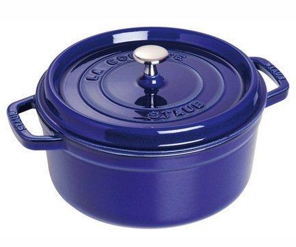 Кокот круглый, 28 см (5.85 л), фиолетовыйПосуда<br>Кокотница, или французская печка, - одно из фирменных изделий компании Staub. Плотная крышка удерживают всю влагу внутри кокотницы, а разработанные Staub выступы под крышкой  помогают постоянно сбрызгивать пищу влагой.  Кокотница настолько универсальна, что может использоваться для любых типов готовки, включая тушение, приготовление жаркого с соусом, жарку и фритюр.   Кокотница с черной матовой поверхностью имеет медную ручку, в то время как ручки кокотниц других цветов выполнены из нержавеющей стали.  Ручки обоих типов обладают высокой жаростойкостью.<br><br>Серия: New classic by Staub