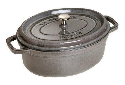 Кокот овальный, 27 см (3.2 л), серый графитПосуда<br>Кокотница, или французская печка, - одно из фирменных изделий компании Staub. Плотная крышка удерживают всю влагу внутри кокотницы, а разработанные Staub выступы под крышкой  помогают постоянно сбрызгивать пищу влагой.  Кокотница настолько универсальна, что может использоваться для любых типов готовки, включая тушение, приготовление жаркого с соусом, жарку и фритюр.   Кокотница с черной матовой поверхностью имеет медную ручку, в то время как ручки кокотниц других цветов выполнены из нержавеющей стали.  Ручки обоих типов обладают высокой жаростойкостью.<br><br>Серия: New classic by Staub