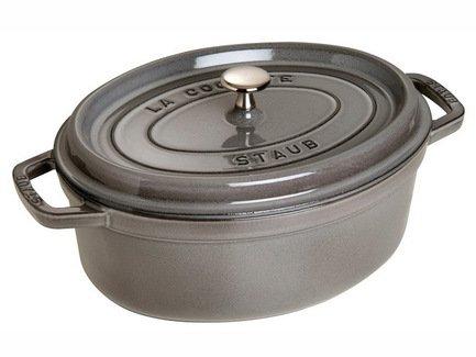 Кокот овальный, 29 см (4.25 л), серый графитПосуда<br>Кокотница, или французская печка, - одно из фирменных изделий компании Staub. Плотная крышка удерживают всю влагу внутри кокотницы, а разработанные Staub выступы под крышкой  помогают постоянно сбрызгивать пищу влагой.  Кокотница настолько универсальна, что может использоваться для любых типов готовки, включая тушение, приготовление жаркого с соусом, жарку и фритюр.   Кокотница с черной матовой поверхностью имеет медную ручку, в то время как ручки кокотниц других цветов выполнены из нержавеющей стали.  Ручки обоих типов обладают высокой жаростойкостью.<br><br>Серия: New classic by Staub