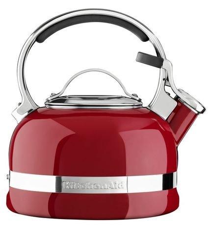 Чайник наплитный (1.89 л), со свистком, красныйЧайники<br>Круглобокий чайник от Kitchenaid обещает своим хозяевам и их гостям уют бесконечного чаепития. Дизайнеры Kitchenaid превратили обычный бытовой предмет в центральную фигуру современной кухни.     Насыщенно-яркий и блестящий, со стильными стальными элементами декора, чайник Kitchenaid создает дружелюбное настроение в любом интерьере. Нержавеющая сталь делает чайник практически бессмертным, эмалевое покрытие - настоящая броня от царапин и сколов. Удобной формы ручка всегда остается прохладной, и, благодаря накладкам, не скользит в ладони. Крышка-свисток на носике сообщает о кипении воды и легко приподнимается одним нажатием пальца руки, держащей чайник.     Чайник можно использовать на всех видах плит.<br><br>Серия: Stovetop Kettle