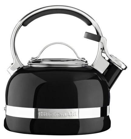 Чайник наплитный (1.89 л), со свистком, черныйЧайники<br>Круглобокий чайник от Kitchenaid обещает своим хозяевам и их гостям уют бесконечного чаепития. Дизайнеры Kitchenaid превратили обычный бытовой предмет в центральную фигуру современной кухни.     Насыщенно-яркий и блестящий, со стильными стальными элементами декора, чайник Kitchenaid создает дружелюбное настроение в любом интерьере. Нержавеющая сталь делает чайник практически бессмертным, эмалевое покрытие - настоящая броня от царапин и сколов. Удобной формы ручка всегда остается прохладной, и, благодаря накладкам, не скользит в ладони. Крышка-свисток на носике сообщает о кипении воды и легко приподнимается одним нажатием пальца руки, держащей чайник.     Чайник можно использовать на всех видах плит.<br><br>Серия: Stovetop Kettle