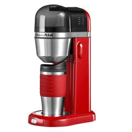 Кофеварка заливного типа (1 л), с термосом (0.54 л), краснаяКофемашины<br>Чашка горячего ароматного кофе определяет начало хорошего дня. А если взять любимый напиток с собою, день покажется еще лучше! Дизайнеры Kitchenaid создали компактную и функциональную кофе-машину, дополнив ее аккуратным мини-термосом. Обжигающий свежесваренный кофе льется прямо в высокую стильную термокружку (540 мл), изготовленную из нержавеющей стали и одетую в приятный на ощупь прорезиненный пояс, защищающий руки от скольжения.<br><br>Серия: Кофеварка KitchenAid
