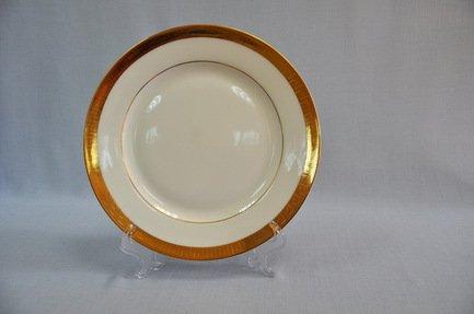 Набор подстановочных тарелок Триумф, 26.5 см, 6 пр.Распродажа<br>Плоские тарелки круглой формы и среднего диаметра в комплексной сервировке стола выполняют декоративную функцию. На эти тарелки не кладут еду, это так называемые подстановочные или сервисные тарелки. На них ставятся тарелки для основного блюда малого диаметра и суповые тарелки. Наличие подставочных тарелок на столе означает совершенное знание этикета хозяйки.<br><br>Серия: Триумф