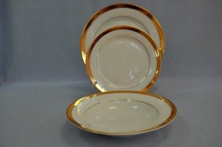 Набор тарелок Триумф на 6 персон, 18 пр.Распродажа<br>Великолепный набор тарелок предназначен для сервировки стола на 6 персон. В комплект из 18 фарфоровых предметов входят суповые, закусочные и подставочные тарелки. Полный набор тарелок, необходимых для каждого гостя и выполненных в одном стиле, смотрится торжественно и очень красиво.<br><br>Серия: Триумф<br>Состав: Тарелка подстановочная, 26.5 см - 6 шт., Тарелка закусочная, 22.5 см - 6 шт., Тарелка суповая, 22.5 см - 6 шт.