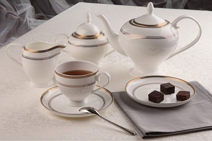 Чайный сервиз Консул 15 пр.Чайные сервизы<br>Чайный сервиз из белоснежного фарфора с изящным декором идеально подходит для сервировки стола на 6 персон. В этом наборе есть все, что необходимо для уютного чаепития: шесть элегантных чашек с удобной ручкой, шесть круглых блюдец, вместительный заварочный чайник сферической формы. Также в комплекте с этой посудой есть молочник с аккуратным носиком для добавления небольшой порции молока или сливок в чашку с напитком и сахарница с крышкой.<br><br>Серия: Консул<br>Состав: Чашка (250 мл) - 6 шт., Блюдце, 15 см - 6 шт., Чайник (0.9 л), Сахарница (0.4 л), Молочник (0.27 л)