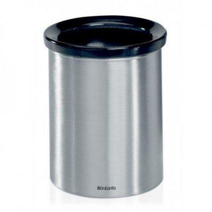 Настольный контейнер для мусораМусорные ведра<br>Этот компактный настольный контейнер поможет вам всегда сохранять чистоту на вашей рабочей столешнице. В его изготовлении используется прочная нержавеющая сталь с элегантной матовой полировкой. Отлично впишется в интерьер любой кухни.<br>
