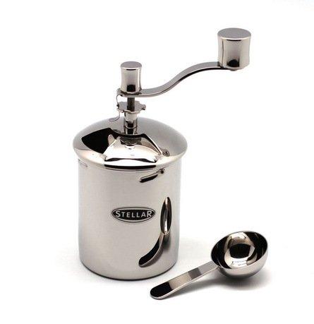 Мельница для кофе с ложкой StellarМельницы для кофе<br>С помощью этой красивой и удобной мельницы вы легко и быстро измельчите зерна кофе. Она выполнена из прочной и высококачественной нержавеющей стали, ее можно без проблем мыть в посудомоечной машине. В комплекте идет симпатичная стальная ложечка.<br><br>Серия: Stellar