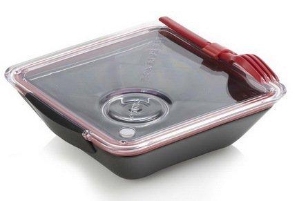 Ланч-бокс Box Appetit (880 мл), черный, 19х19х5.5 смПикник<br>Компактный ланч-бокс – это возможность позаботиться о своем здоровье не дома. Внешняя схожесть с керамической посудой абсолютно обманчива. Это не громоздкая керамическая форма для домашнего использования, а компактный и фукнциональный бокс для вашей любимой домашней еды. Внутренняя часть имеет два отделения для гарнира и для соуса, общий объем емкости – 880 мл. Подогреть обед можно частично, по своему усмотрению, в микроволновой печи. Закрывается ланч-бокс вакуумной крышкой, для полной герметичности установлена силиконовая прокладка. В комплекте предусмотрена вилка. Аксессуар разрешено мыть в посудомоечной машине. Для переноса ланч бокса отдельно продается сумочка.<br><br>Серия: Box Appetit