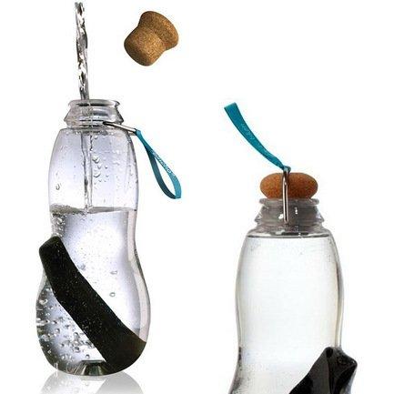 Эко-бутылка Eau good с фильтром (0.8 л), голубаяБар и стекло<br>Пить только чистую воду, не тратить время на походы в магазин, экономить деньги - такую возможность предоставляет стильная бутылка с фильтром-ионизатором. Принцип очищения воды через угольный фильтр Binchotan, стоящий в этой бутылке, применяется японцами еще с 17-го века. Эта уникальная технология выравнивает PH-баланс, выводит хлор и минерализует воду. В течение 6 месяцев угольный фильтр Binchotan активно справляется со своими функциями, и что важно, его утилизация экологически безопасна. Для изготовления бутылки используется высокопрочный пищевой пластик, похожий на стекло. Поместите наполненную водой бутылку в холодильник, и через 6-8 часов вы получите кристально чистую, необыкновенно вкусную и прохладную воду.<br><br>Серия: Eau