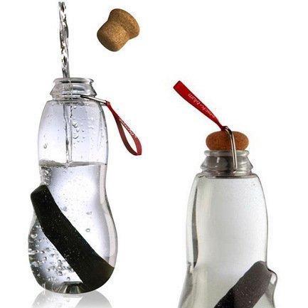 Эко-бутылка Eau good с фильтром (0.8 л), краснаяБар и стекло<br>Пить только чистую воду, не тратить время на походы в магазин, экономить деньги - такую возможность предоставляет стильная бутылка с фильтром-ионизатором. Принцип очищения воды через угольный фильтр Binchotan, стоящий в этой бутылке, применяется японцами еще с 17-го века. Эта уникальная технология выравнивает PH-баланс, выводит хлор и минерализует воду. В течение 6 месяцев угольный фильтр Binchotan активно справляется со своими функциями, и что важно, его утилизация экологически безопасна. Для изготовления бутылки используется высокопрочный пищевой пластик, похожий на стекло. Поместите наполненную водой бутылку в холодильник, и через 6-8 часов вы получите кристально чистую, необыкновенно вкусную и прохладную воду.<br><br>Серия: Eau