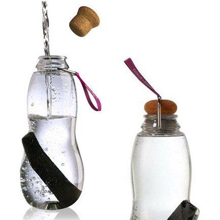 Эко-бутылка Eau good с фильтром (0.8 л), фиолетоваяБар и стекло<br>Пить только чистую воду, не тратить время на походы в магазин, экономить деньги - такую возможность предоставляет стильная бутылка с фильтром-ионизатором. Принцип очищения воды через угольный фильтр Binchotan, стоящий в этой бутылке, применяется японцами еще с 17-го века. Эта уникальная технология выравнивает PH-баланс, выводит хлор и минерализует воду. В течение 6 месяцев угольный фильтр Binchotan активно справляется со своими функциями, и что важно, его утилизация экологически безопасна. Для изготовления бутылки используется высокопрочный пищевой пластик, похожий на стекло. Поместите наполненную водой бутылку в холодильник, и через 6-8 часов вы получите кристально чистую, необыкновенно вкусную и прохладную воду.<br><br>Серия: Eau